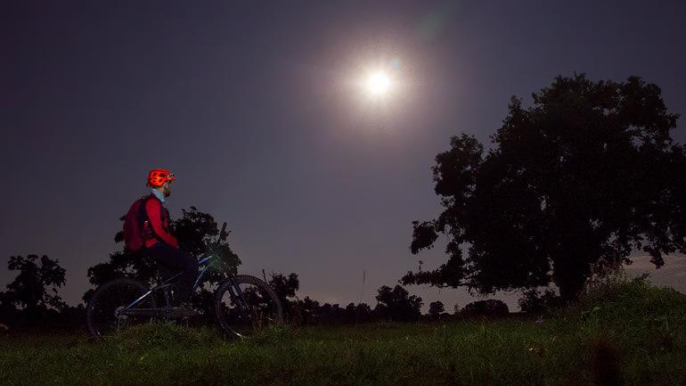 Turul de Noapte cu Lună Plină în Transilvania pe E-bike