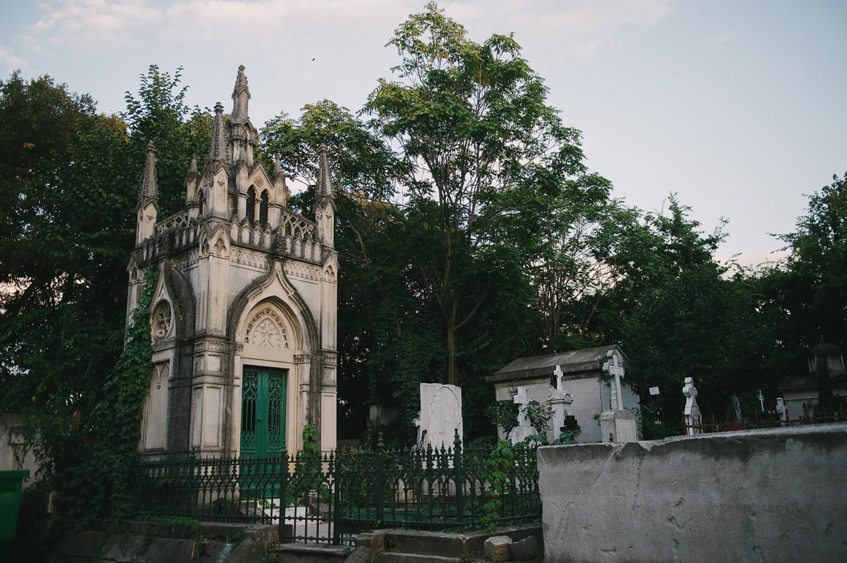 Explorează cimitirul Bellu și poveștile întunecate din București - PIETONAL