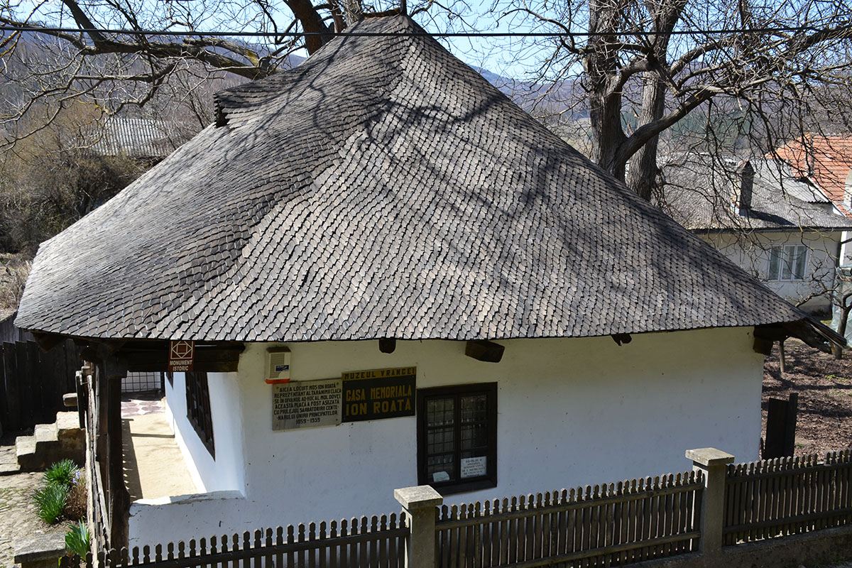 Vizitează Casa Memorială Ion Roată din Câmpuri