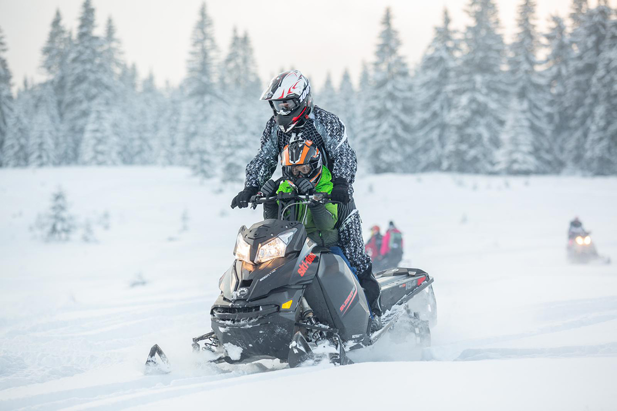 Explorează trasee cu snowmobilul în sălbăticie