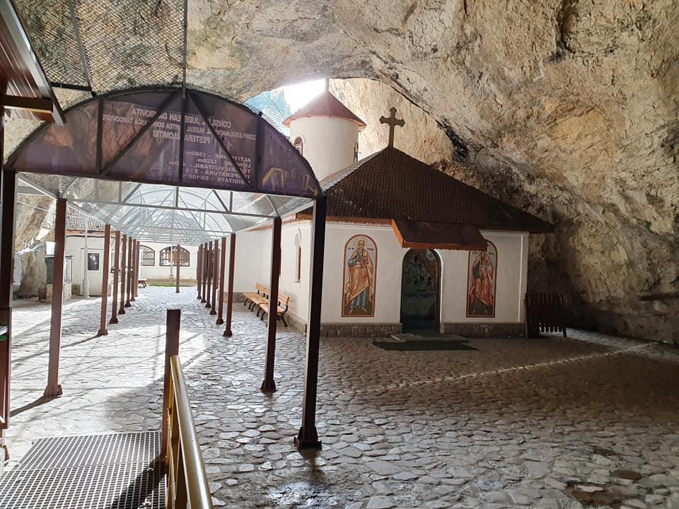 Vizitează Peștera Ialomiței