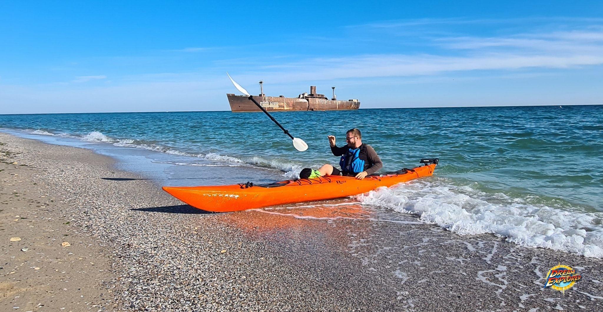 Caiac pe mare la Epava Costinești