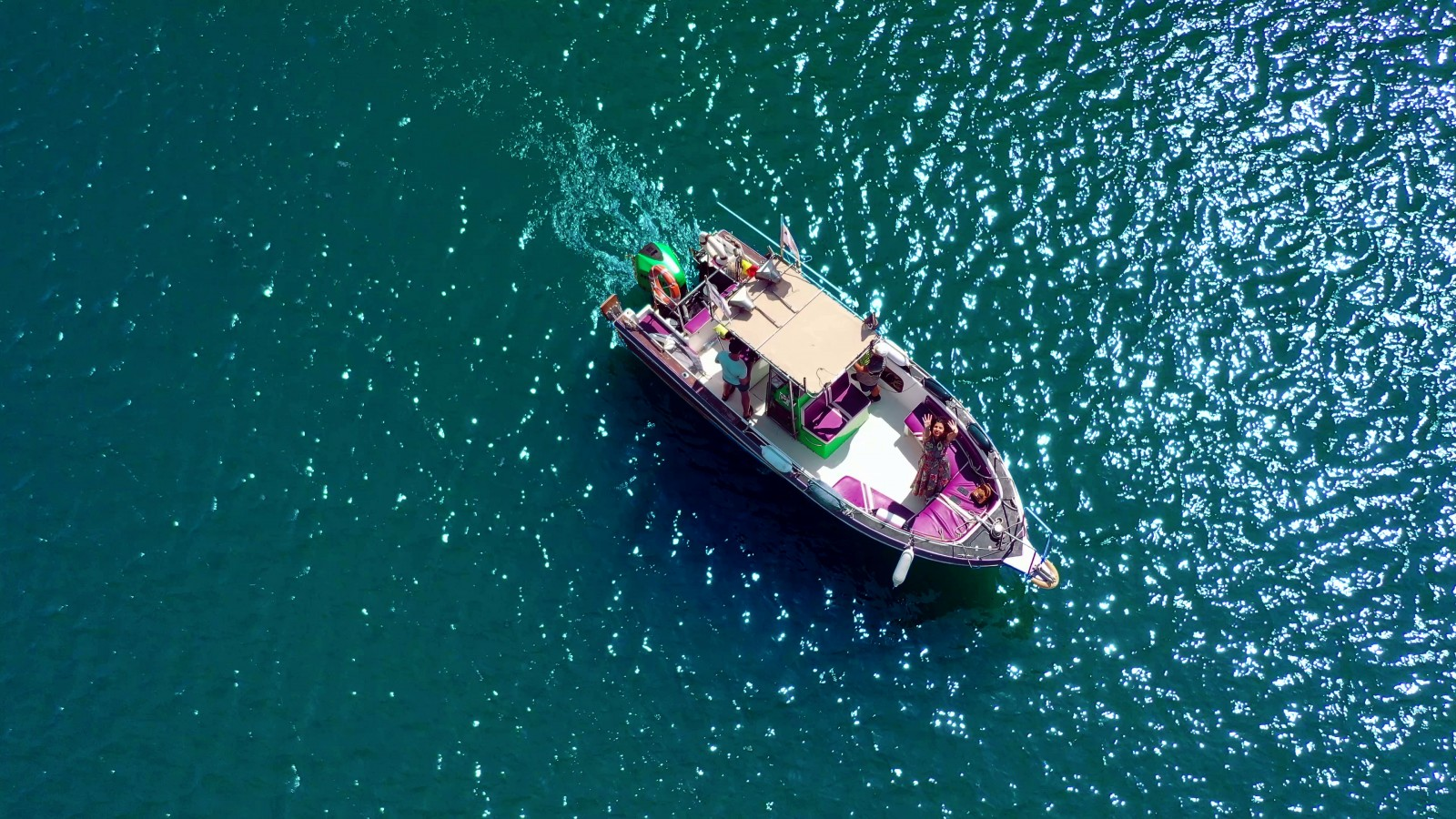 Ieșire cu șalupa la plajă și baie în mare