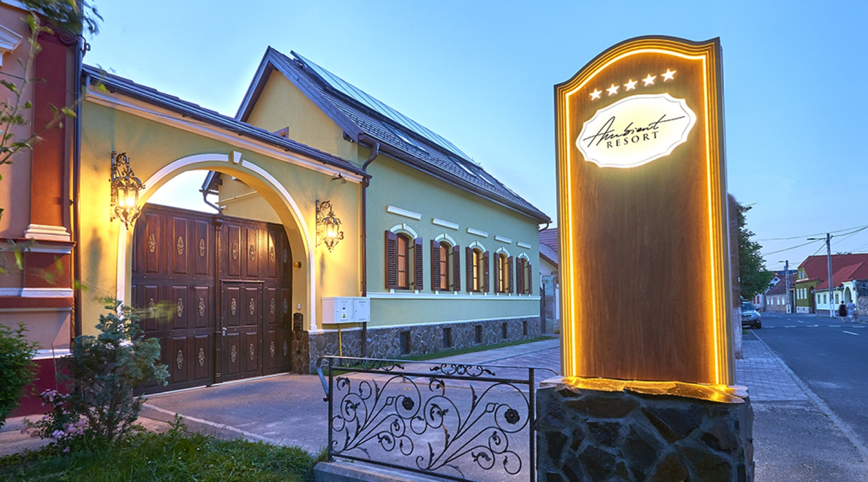 O cazare luxoasa in sat sasesc, presarata de activitati, la Resort Ambient